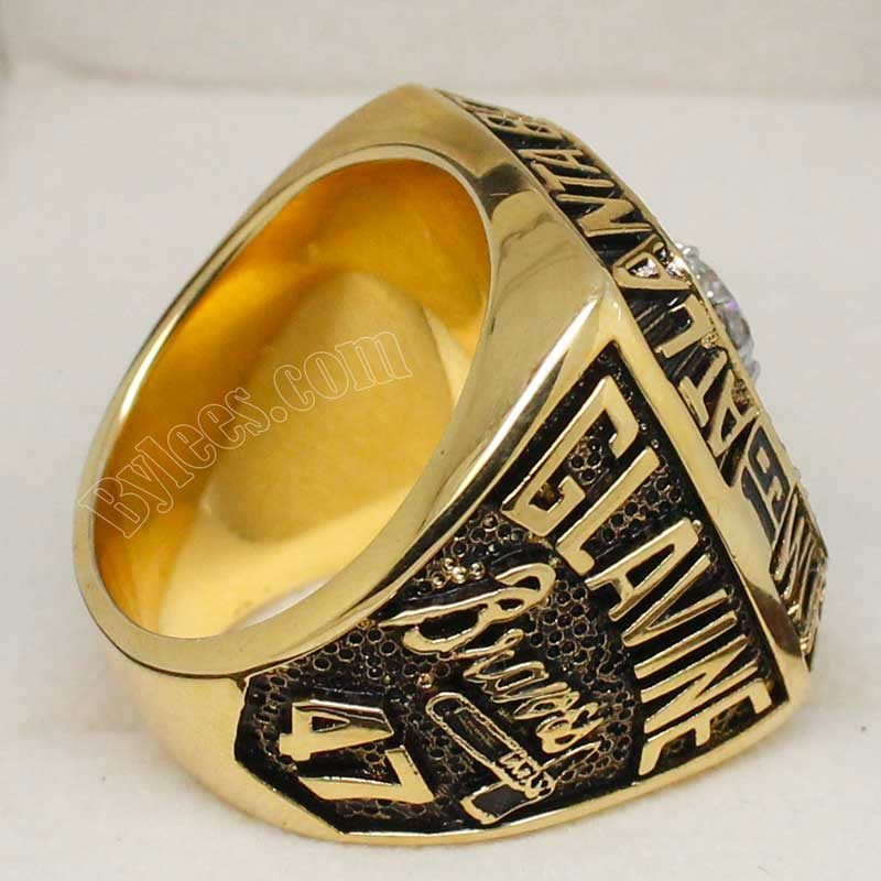 1995 atlanta braves ring, shows the name of Tom Glavine who was name as MVP