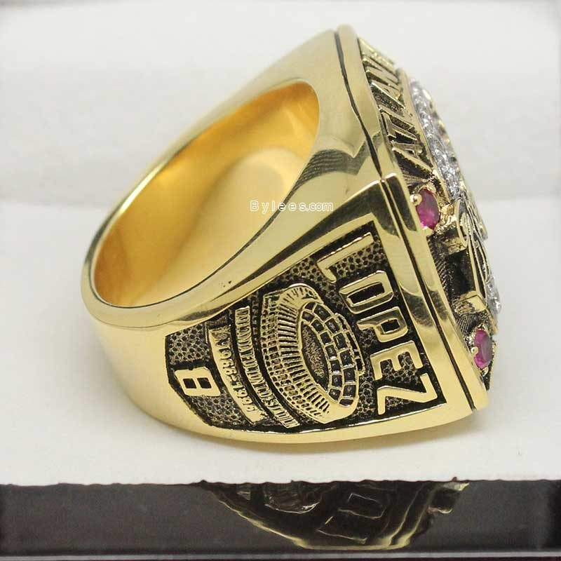 1996 atlanta braves ring, shows the name ofJavy Lopez who was name as NLCS MVP